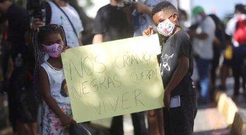 Crianças participam de protesto que cobra justiça pela morte de Miguel Otávio