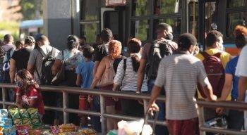 Filas longas foram formadas no Terminal do Barro, na Zona Oeste do Recife