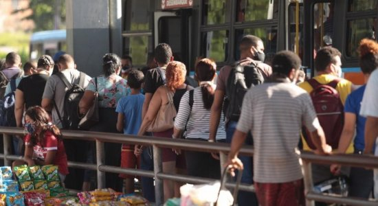 Passageiros sofrem com ônibus lotados e medo de contaminação do coronavírus no Recife
