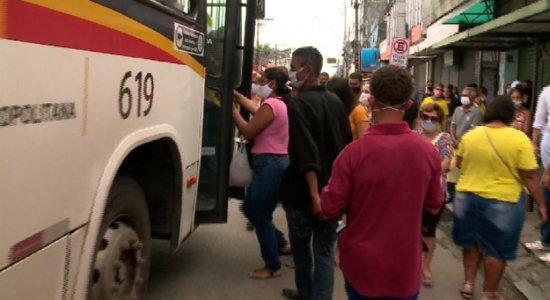 Transporte público registra aglomeração no 1° dia de retomada das atividades não essenciais no Grande Recife