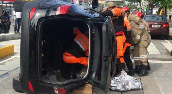 Mãe e filha ficam presas por duas horas em ferragens após acidente de carro no Recife