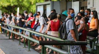 Filas sem o distanciamento mínimo foram observadas em terminais integrado do Recife