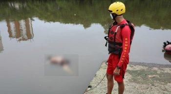 Bombeiro se prepara para resgatar o corpo encontrado no Rio Capibaribe