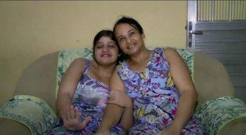 Raíssa (E) e Elizângela (D) precisam de ajuda após perderem o benefício assistencial à pessoa com deficiência (BPC)