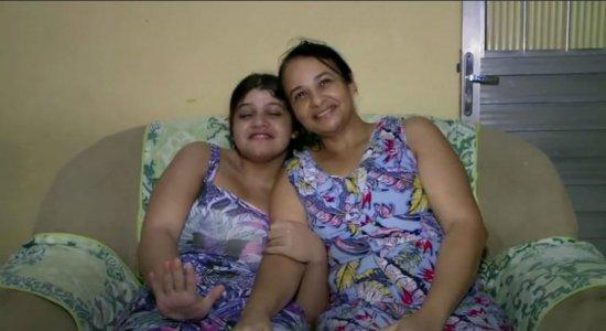 Mãe enfrenta problema de saúde, perde auxílio do governo e faz apelo para cuidar da filha com deficiência intelectual e epilepsia