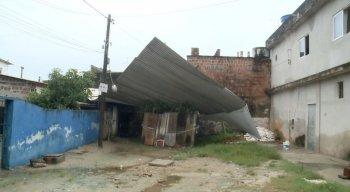 O telhado de alumínio voou e atingiu três casas no bairro de Piedade, em Jaboatão dos Guararapes