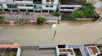 Ruas alagadas apos fortes chuvas em Olinda