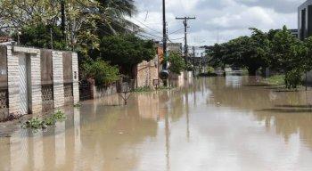Rua Carlos Leite Pereira, em Olinda, completamente alagada