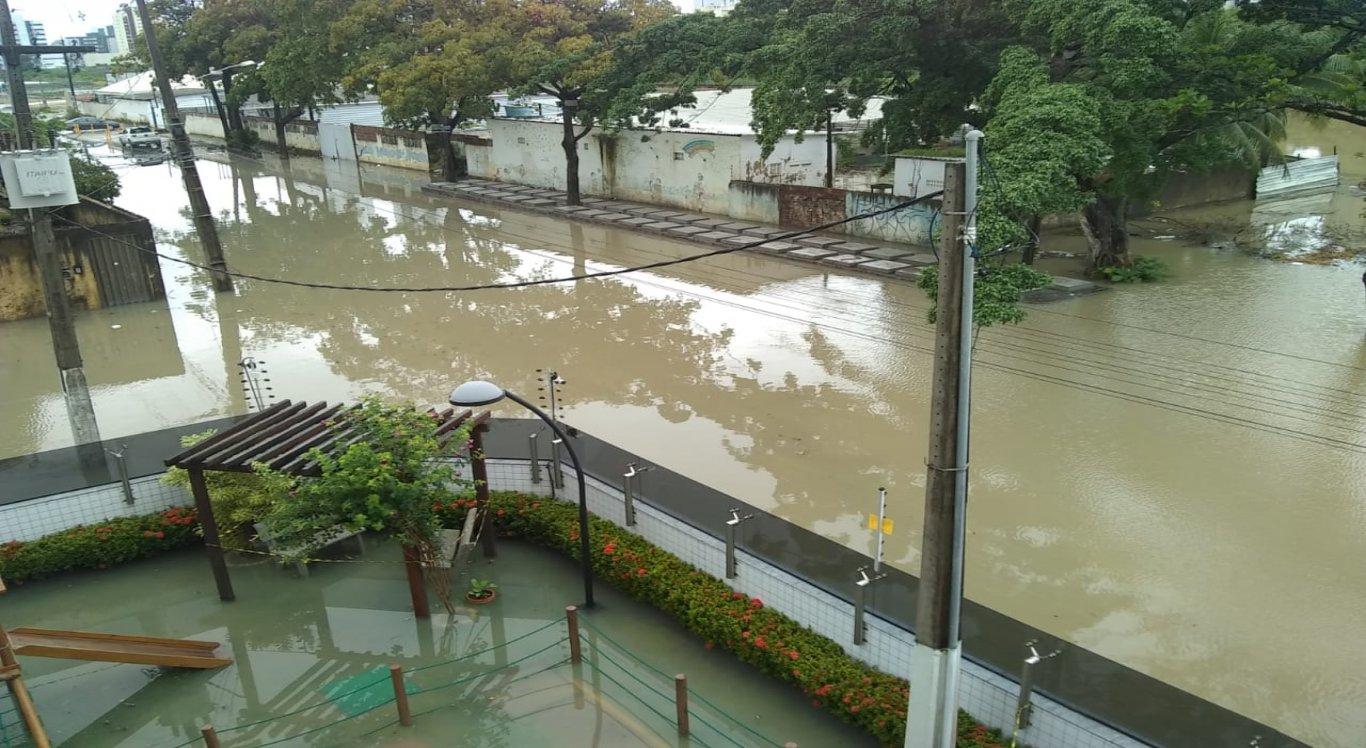 Ruas de Olinda ficaram alagadas após fortes chuvas durante a madrugada deste domingo (14)