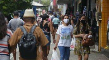 Nas ruas do Grande Recife, há muita gente de máscara