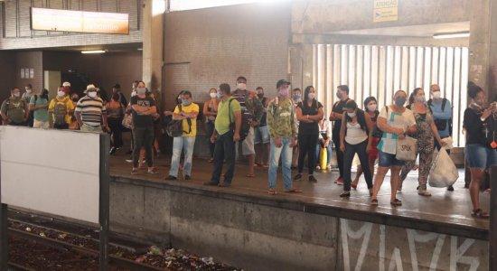 Em dia de reabertura da economia, passageiros enfrentam aglomerações em ônibus e metrô no Grande Recife