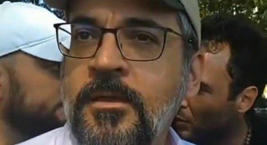 Ministro da Educação é multado em R$ 2 mil por não usar máscara em protesto
