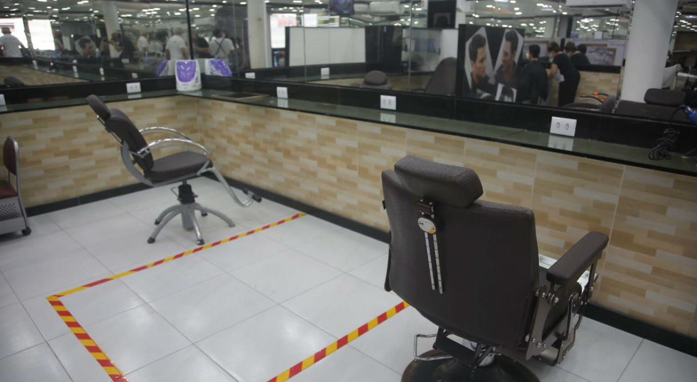 Salões de beleza também voltaram a funcionar nesta segunda-feira (15)