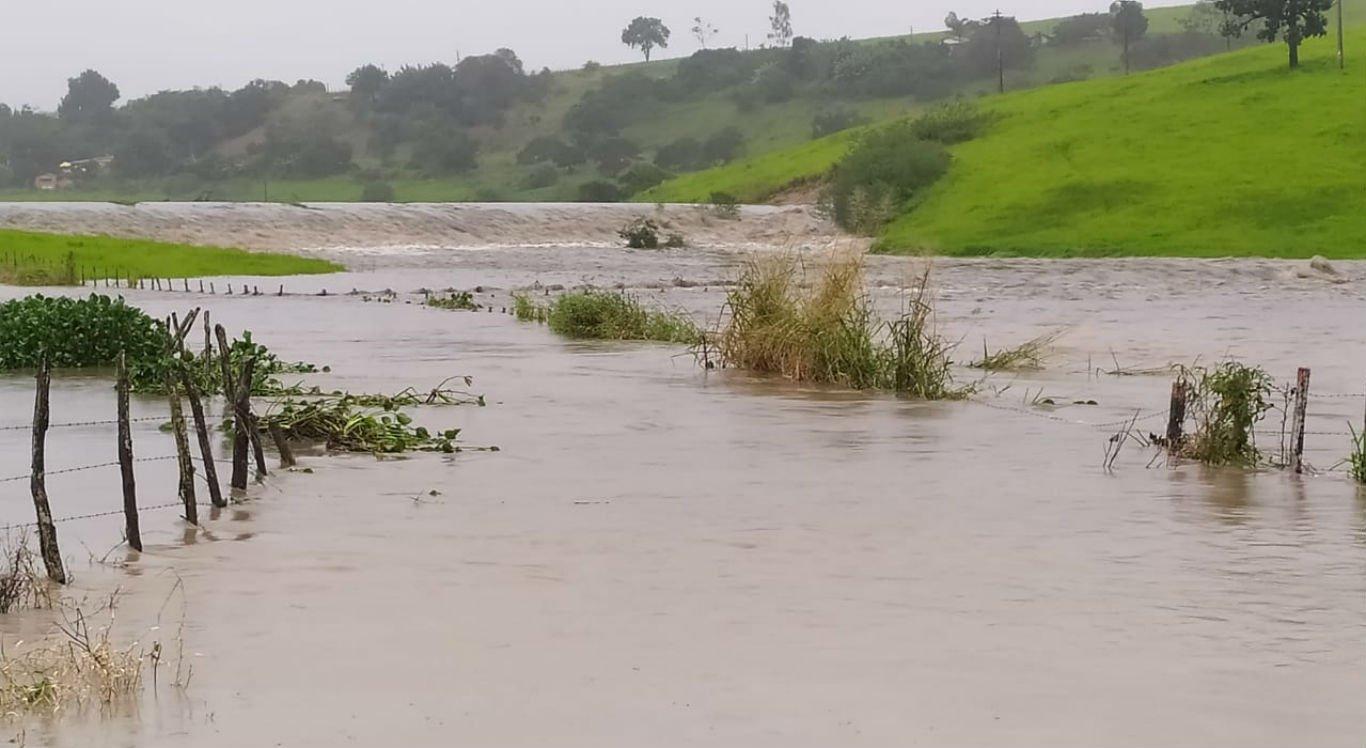 Barragem rompeu após as chuvas em Sairé, no Agreste