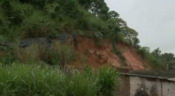 Moradores estão temerosos com o risco do deslizamento da barreira