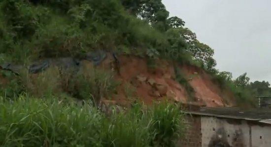 Moradores temem risco de deslizamento de barreira no Ibura