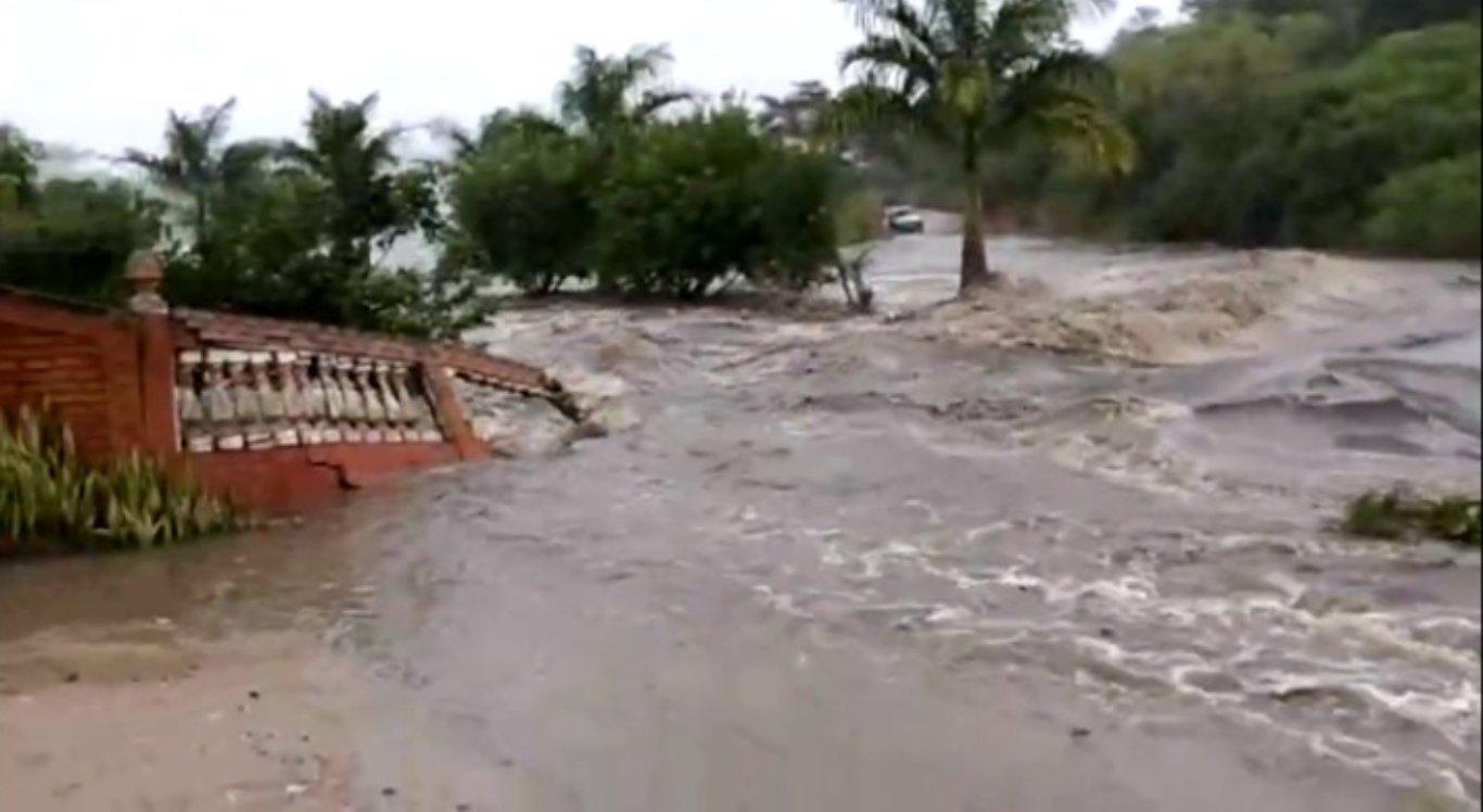 Rompimento de barragem de Sairé deixa desalojados em Barra de Guabiraba