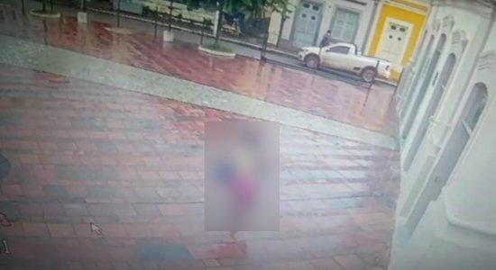 Câmera de segurança mostra bebê sendo deixado em igreja na Zona da Mata de Pernambuco