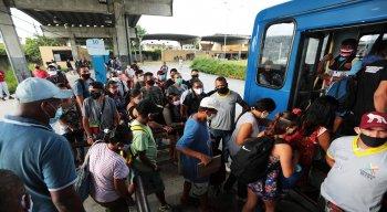 Ônibus saíram lotados do terminal, na manhã desta sexta-feira (19)