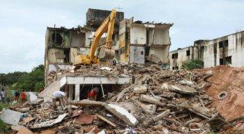 Demolição de prédio em Rio Doce, Olinda