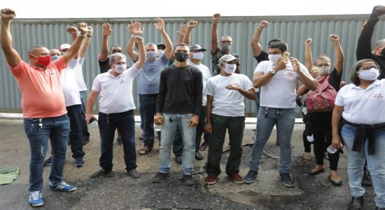 Rodoviários demitidos da Metropolitana no início da pandemia realizam protesto em frente à garagem da empresa