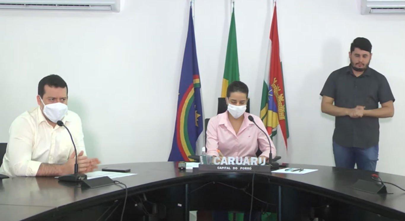 Francisco Santos e Raquel Lyra na coletiva de imprensa da Prefeitura de Caruaru desta segunda-feira (22)