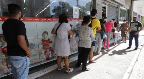 Reabertura do comércio tem filas em frente às lojas do centro do Recife