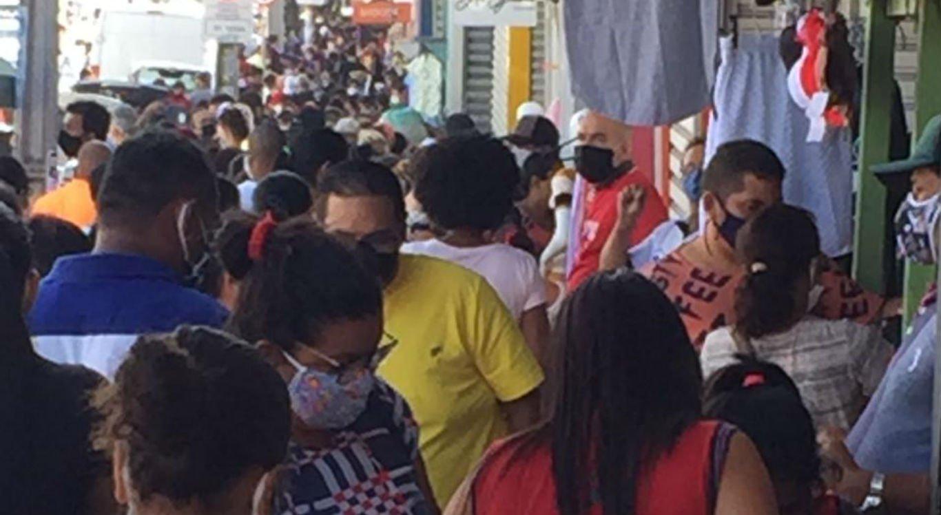Compradores e vendedores lotam a Feira da Sulanca, em Caruaru, mesmo com funcionamento proibido