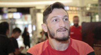 Sander, capitão do Sport, ajudou o ex-jogador do Santa Cruz Xavier.