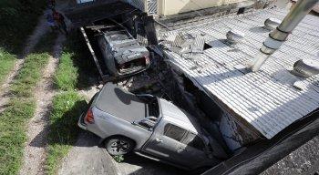 O veículo atingiu a parede de uma fábrica de bolos e a garagem de uma casa.