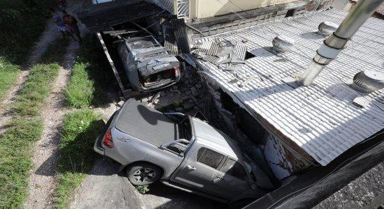 Vídeo: motorista perde controle de caminhonete atinge fábrica e casa na Macaxeira