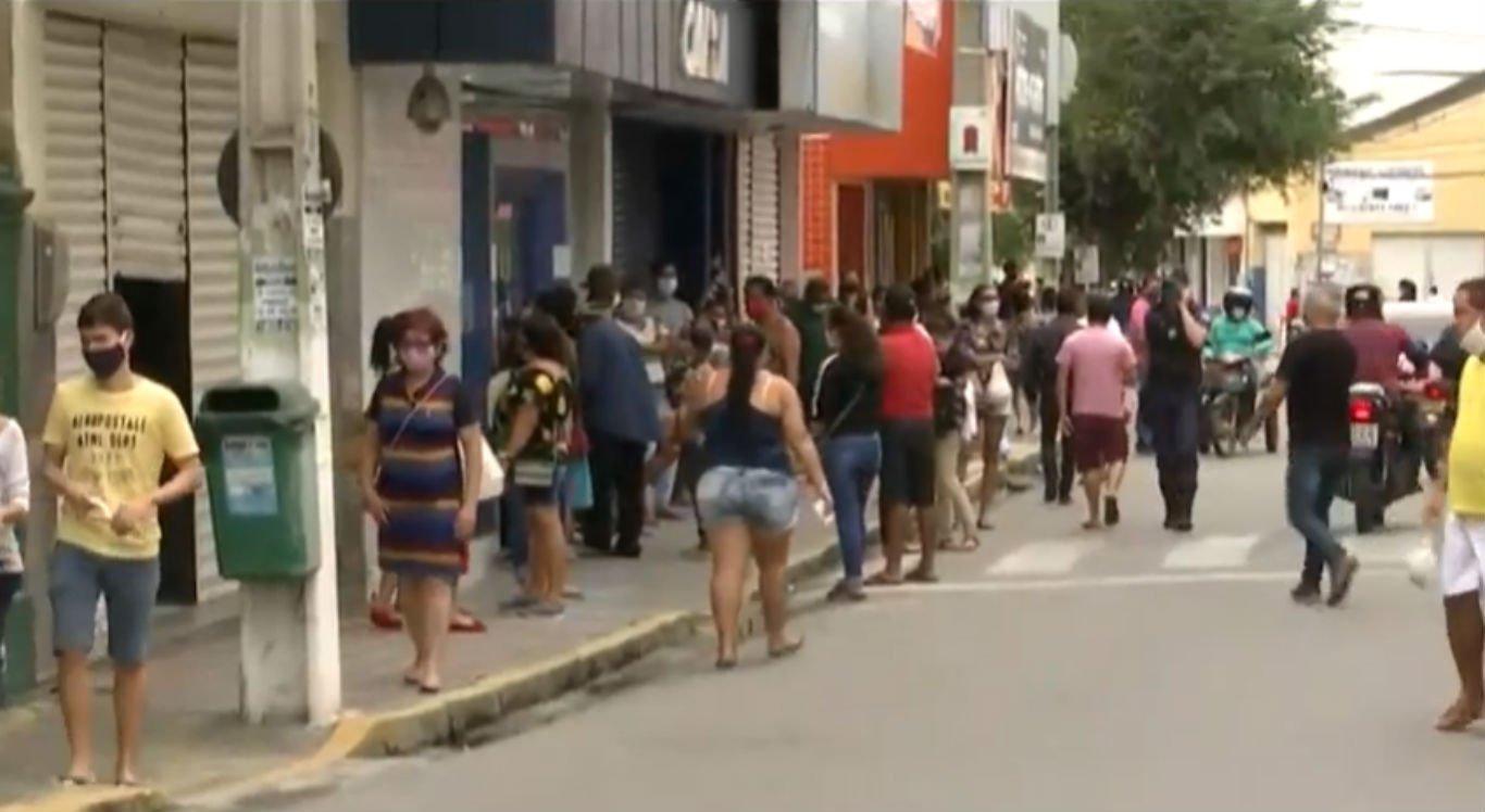População nas ruas de Bezerros nesta quinta-feira (25)