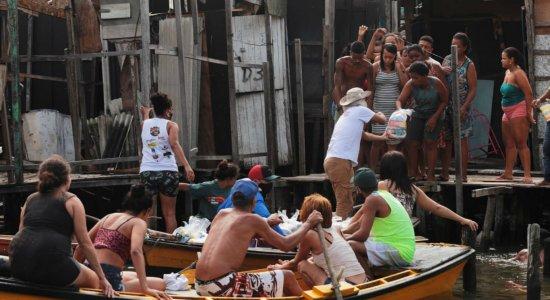 IJCPM: De barco, 400 cestas básicas são entregues a comunidades da Zona Sul do Recife