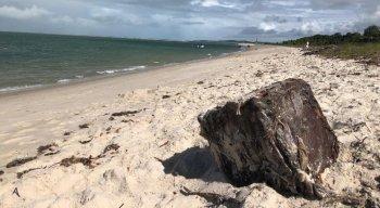 Caixas também foram encontradas, neste domingo, na praia de Catuama