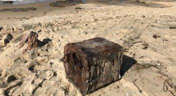 Caixas foram encontradas na Praia de Serrambi, no Litoral Sul de Pernambuco