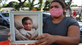 Mirtes Renata levou um retrato do seu filho para aguardar o depoimento da ex-patroa, na delegacia de Santo Amaro
