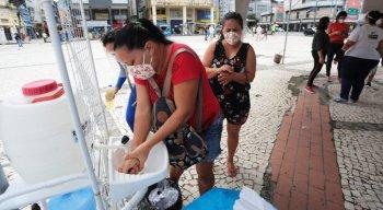 Nesses locais, há distribuição de máscaras e espaço para as pessoas lavarem as mãos