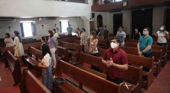 Fiéis mantiveram distanciamento social durante missa