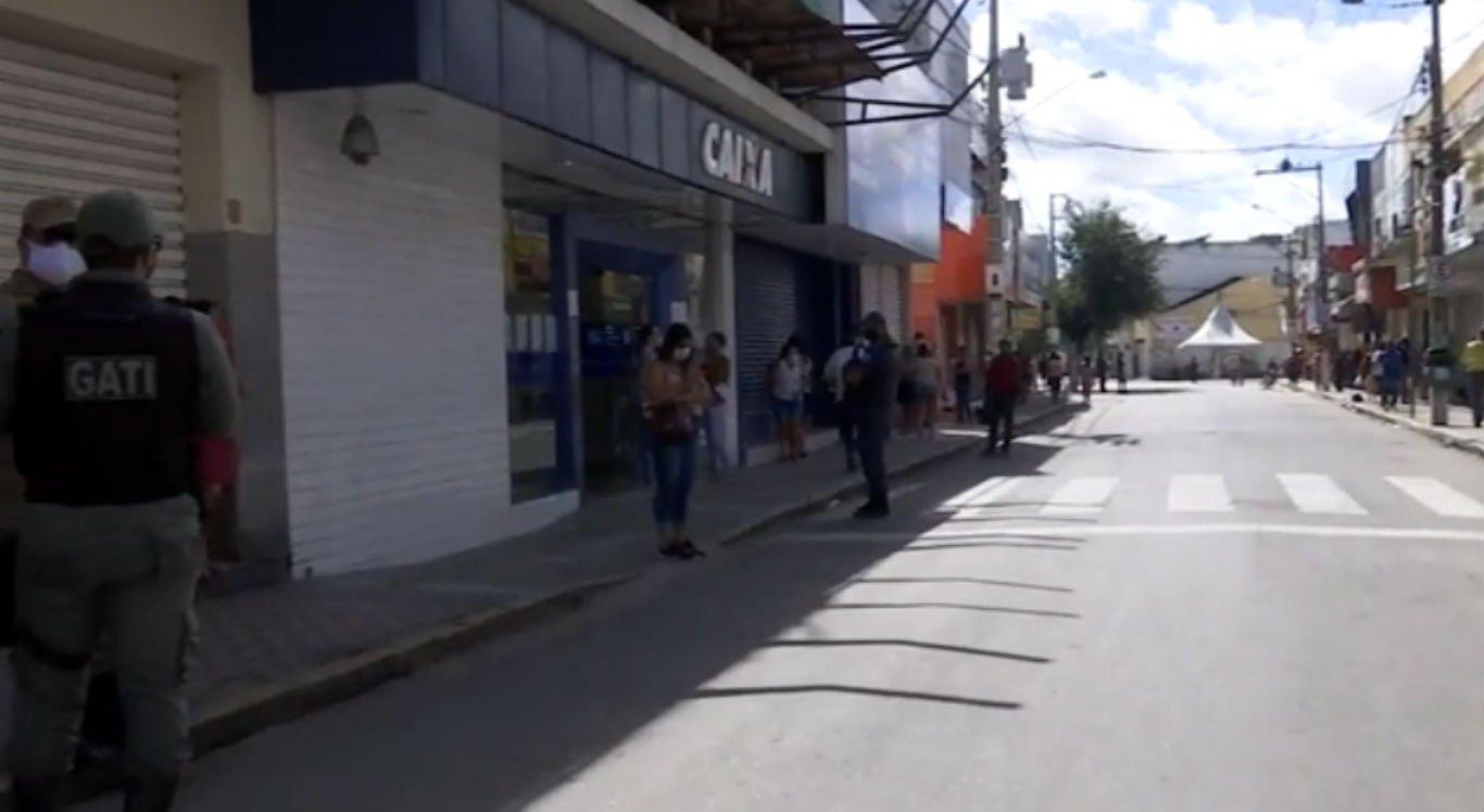 Fila da Caixa Econômica no centro de Bezerros