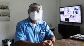 De máscaras e protetor facial, Admilson Luiz, porteiro há 25 anos, faz a reserva das áreas comuns do prédio onde trabalha, para evitar aglomerações.
