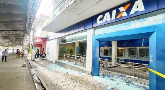Criminosos explodem terminais da agência da Caixa de Limoeiro