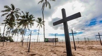 Cruzes de madeira foram colocadas na orla de Boa Viagem em protesto contra Bolsonaro, pelas mais de 60 mil mortes causadas pelo coronavírus