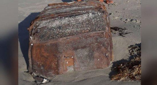 Após aparecer em Serrambi, Recife e Paulista, caixa ''misteriosa'' é encontrada na praia do Sossego