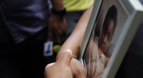 ''Não estou bem'', revela mãe Miguel durante missa de 30 dias da morte do menino