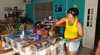 Artesãos da Ilha de Itamaracá produzem placas com mensagens educativas