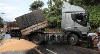 Caminhão com carga tombou na Estrada de Aldeia