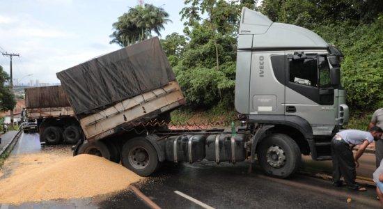 Acidente com carreta bloqueia parte da Estrada de Aldeia