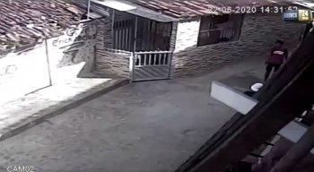 A mãe do rapaz se desesperou ao encontrar o filho baleado no chão