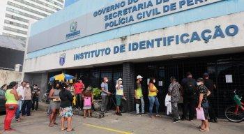 Fila concentrada na frente do Instituto de Identificação Tavares Buril
