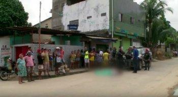 O jovem foi morto a tiros por dois homens em uma moto, de acordo com testemunhas